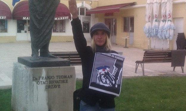 Ivana Kinda, predsjednica A-HSP-a pred Tuđmanovim kipom pozdravlja fašističkim pozdravom