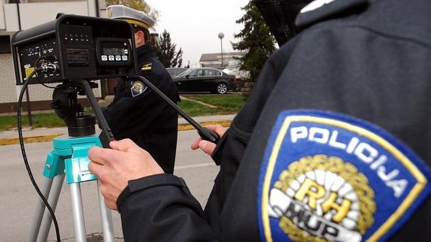 LUDI VIKEND NA CESTI 6 vozača prošlo kroz crveno, 145 jurilo preko ograničenja