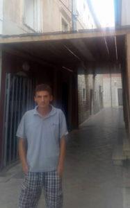 Donato Mika ispred zgrade u kojoj živi s majkom i ostatkom svojom obitelji